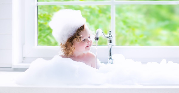 Baby-girl-in-bubble-bath-e1439311334708