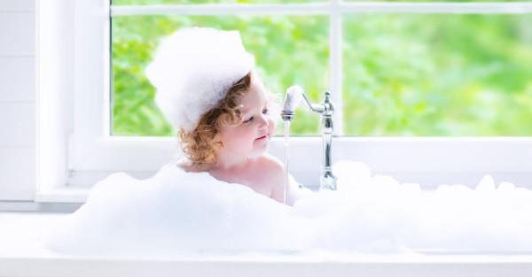 Baby-girl-in-bubble-bath-e1439311334708